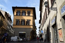 Lovelife Juice in Florence on Triangular Street Corner.jpg
