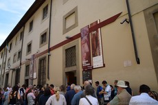 Galleria Della Accademia Entrance and Line to Get in.jpg