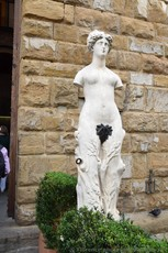 Eve Woman Statue next to Entrance of Palazzo Vecchio.jpg