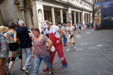 Clown mocks a woman at Piazza della Signoria.jpg